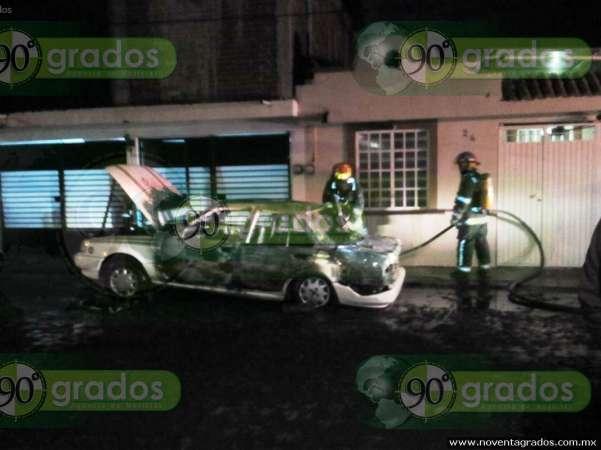 Ladrones provocan incendio al intentar robar vehículo, en Uruapan, Michoacán