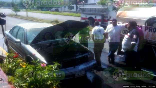 Se incendia vehículo estacionado, en Apatzingán, Michoacán