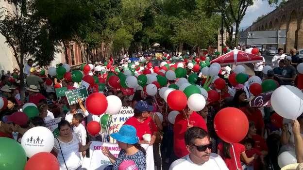 Marchan contra matrimonios y adopciones de homosexuales en Morelia