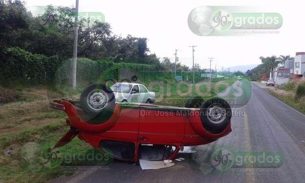 Vuelca automóvil en Uruapan, Michoacán