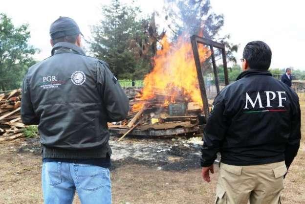 PGR incinera casi media tonelada de droga y máquinas tragamonedas en Michoacán