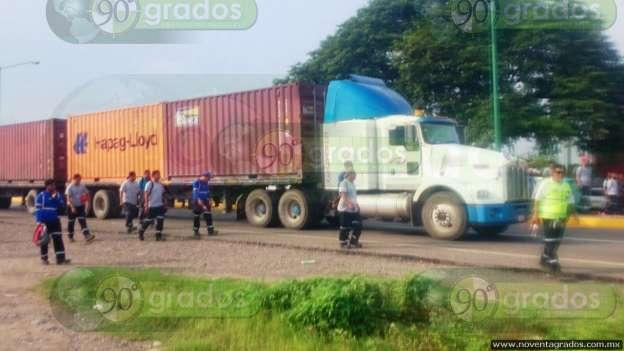 Mantienen bloqueo trabajadores del puerto de Lázaro Cárdenas