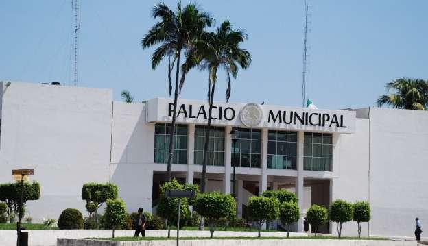 Retienen trabajadores a alcalde de Lázaro Cárdenas, Michoacán