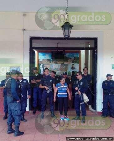 Policías de Queréndaro exigen pago de su quincena a autoridades salientes