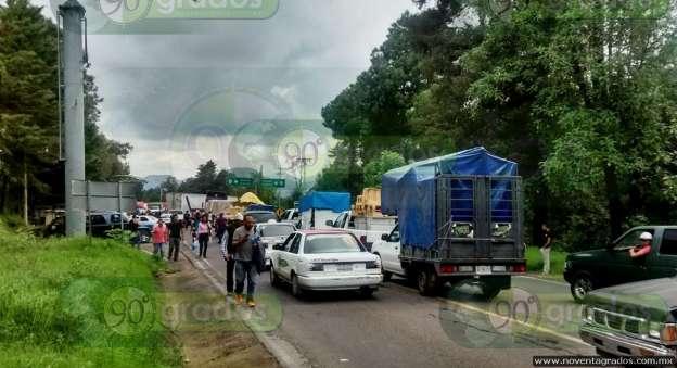 Comuneros bloquean por cuatro horas carretera en Uruapan, Michoacán