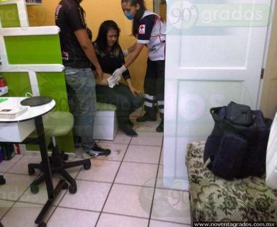 Asaltante dispara contra mujer durante atraco a estética, en Morelia