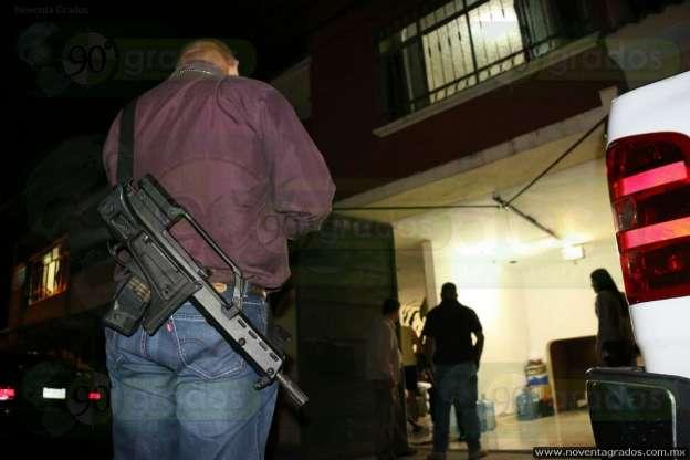 Tras persecución y balacera detienen a dos asalta combis, en Morelia