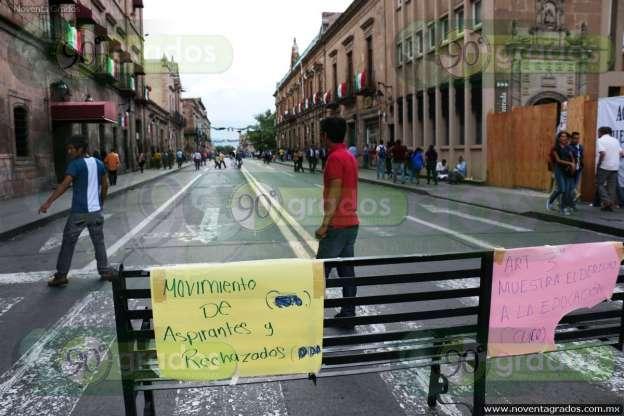 Aspirantes y rechazados bloquean la vialidad en Morelia