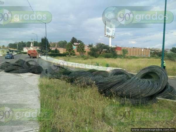 Vuelca camión con alambrón, en Morelia