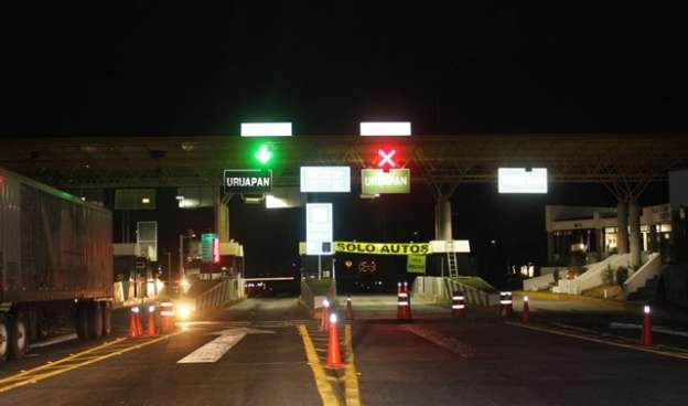 Sujetos armados asaltan caseta de cobro en la autopista Siglo XXI