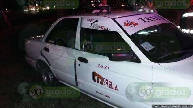 Choca tráiler contra taxi en Morelia