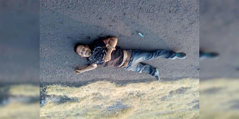 Tiran cadáver en la carretera Parácuaro-Cuatro Caminos