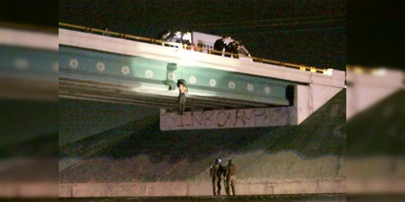 Cuelgan cadáver con narcomensaje en Ciudad Juárez