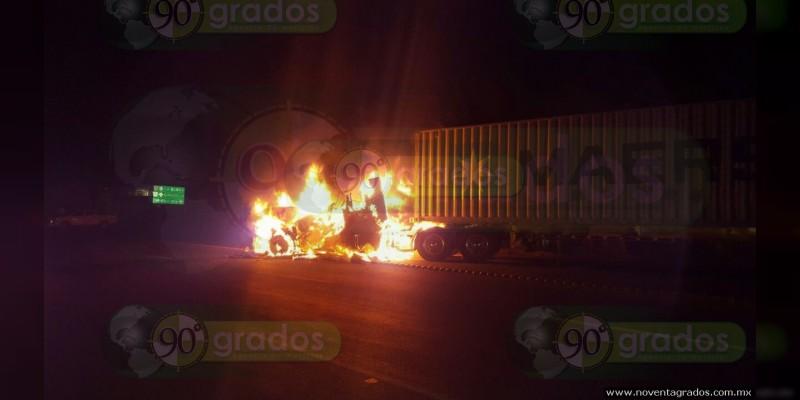 Incendian vehículos en municipios michoacanos