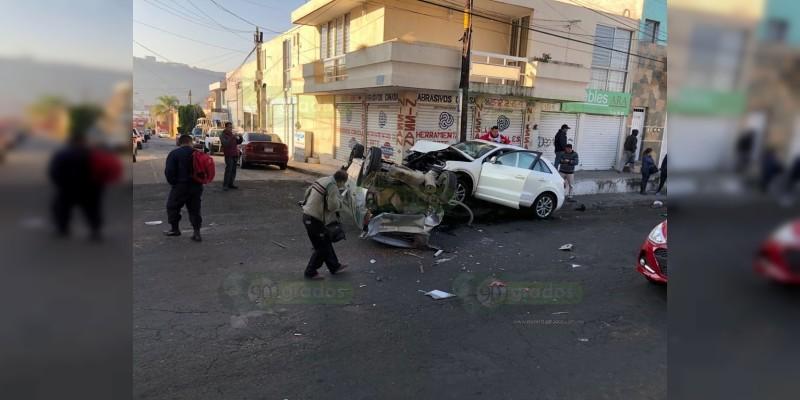 Se registra aparatoso accidente en Morelia, hay dos heridos