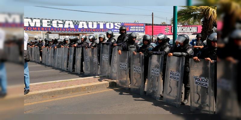Manifestantes y pobladores expulsan a policías de Pátzcuaro y Caltzontzin, Michoacán