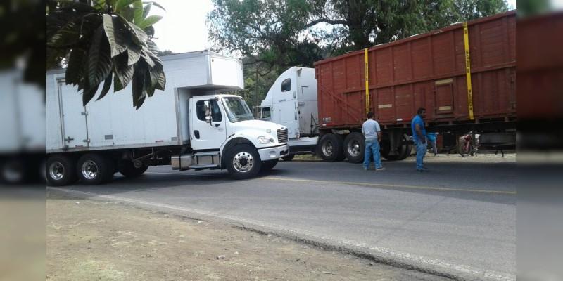 CNTE bloquea carretera en Carapan