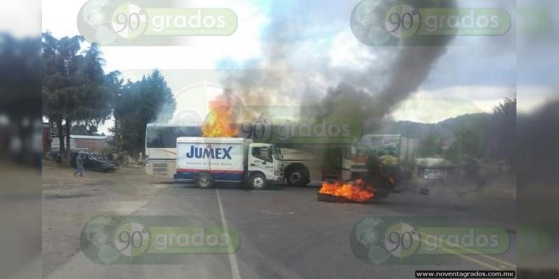 Incendian normalistas vehículos comerciales en Paracho