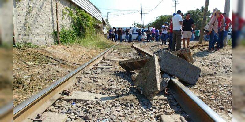 """Pese a presencia policiaca """"maestros"""" bloquean de Nuevo vías férreas"""