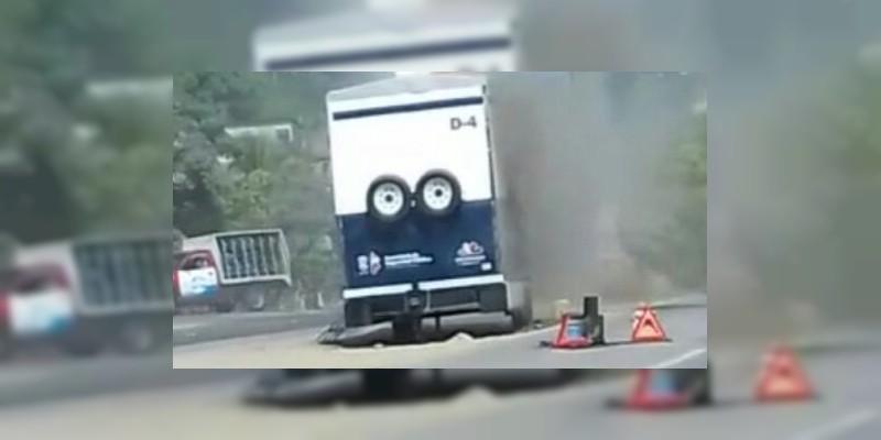 Incendian módulo móvil de la Policía Michoacán en Lázaro Cárdenas