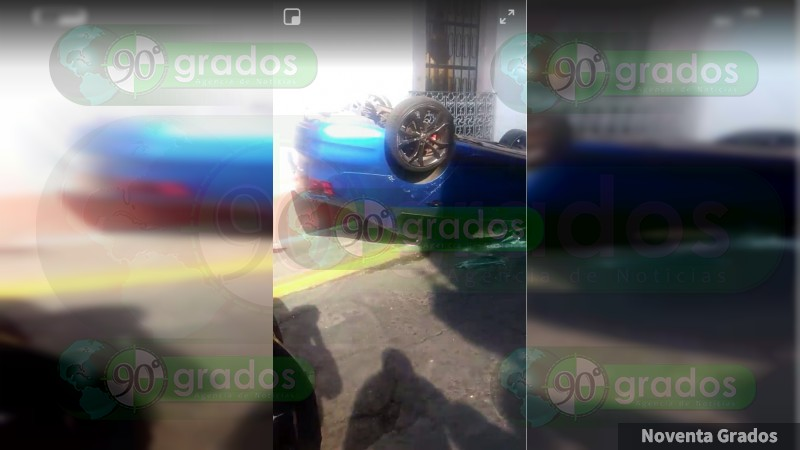 Vuelca auto en pleno Centro Histórico de Morelia, Michoacán