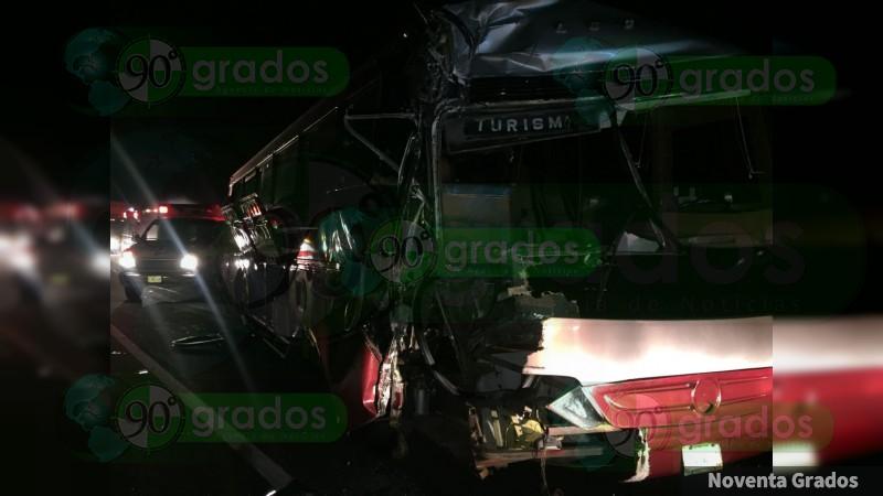 Choque deja 14 heridos en Salvador Escalante, Michoacán