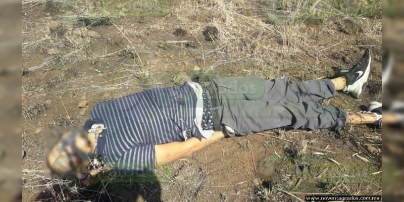 Hallan muerto a presunto miembro de grupo criminal en La Huacana, Michoacán