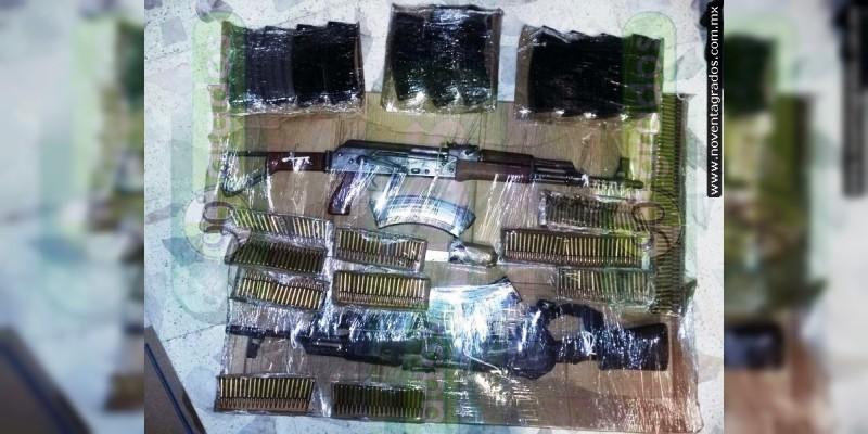 Detienen a dos con cuatro cuernos de chivo y lanzagranadas en Arteaga, Michoacán