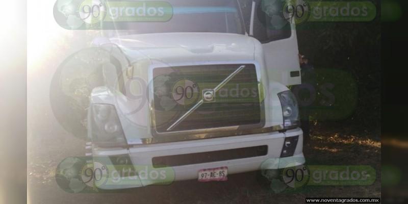 Se fugan dos y dejan armas en tractocamión robado con violencia en Ocampo, Michoacán