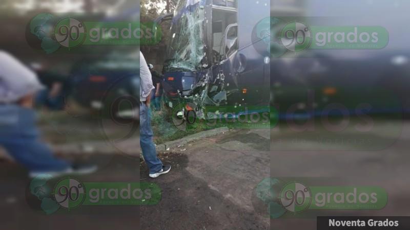 Choque entre autobús y 2 vehículos deja 6 lesionados en la autopista Uruapan-Pátzcuaro
