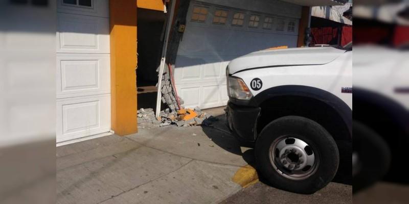 Se estrella camión contra vivienda en Zitácuaro, Michoacán
