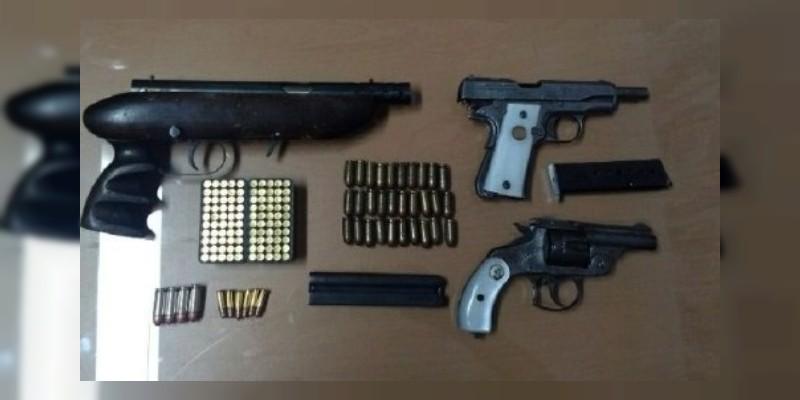 Detienen a tres hombres armados en Maravatío, Michoacán