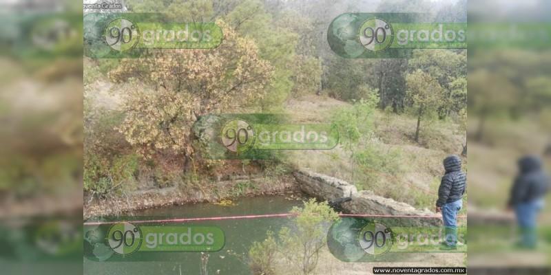 Bebía alcohol a orilla de una presa, cae al agua y muere, en Tlalpujahua, Michoacán
