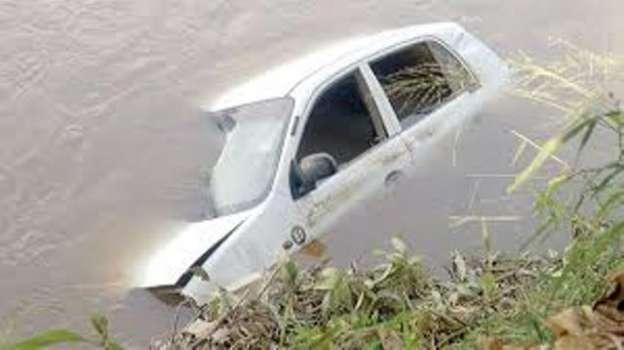 Resultado de imagen para Carro que cayo a río este domingo en nagua
