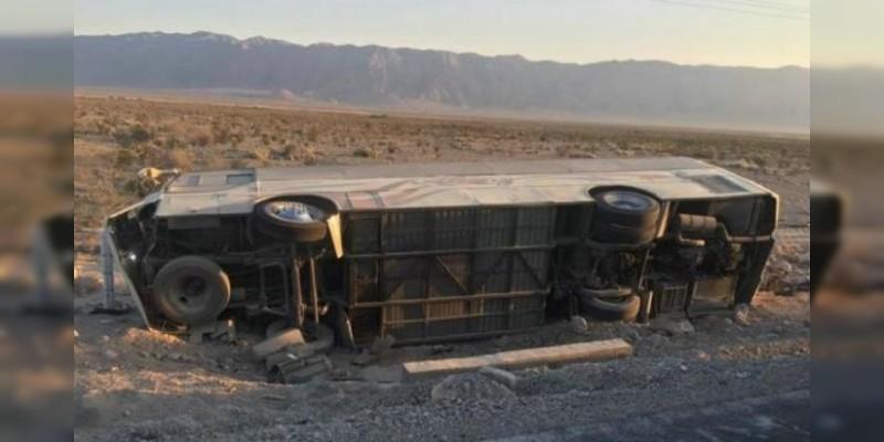 Fallecen 7 y 15 quedan heridos al volcar autobús en Coahuila
