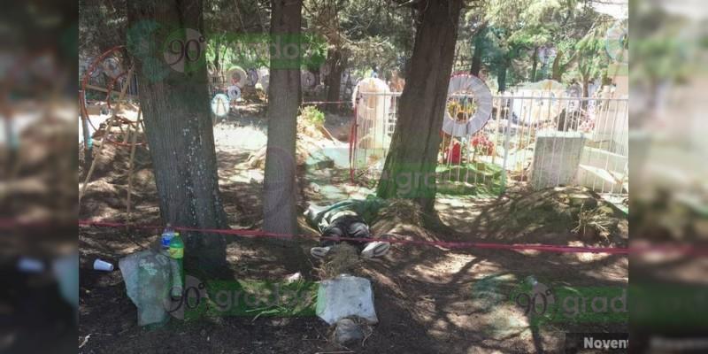 Encuentran a un hombre muerto entre las tumbas de un panteón de Tangancícuaro, Michoacán