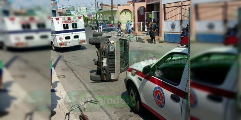 Tres lesionados al volcar camioneta en Yurécuaro, Michoacán