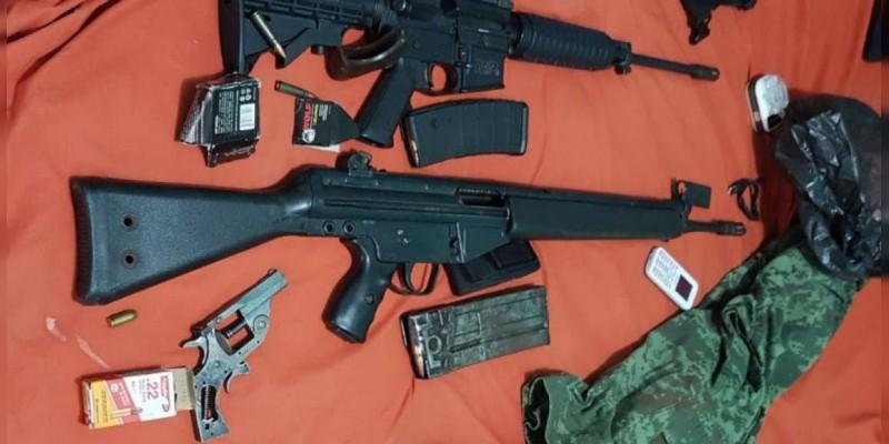 En camioneta robada detienen a un hombre y le aseguran tres armas en Buenavista, Michoacán