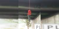 Localizan un cadáver colgado en puente de Morelia