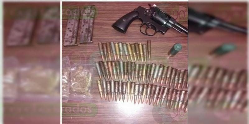 Aseguran camioneta robada, arma y droga en Ecuandureo, Michoacán