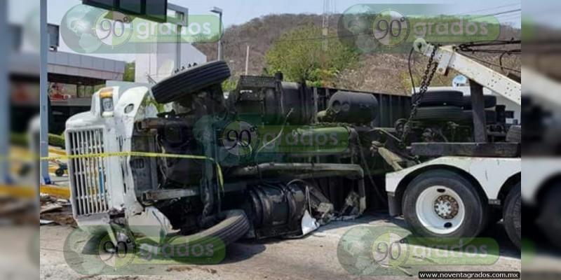 Seis muertos sobre la Siglo XXI, en Michoacán, en choque de nodriza y auto particular