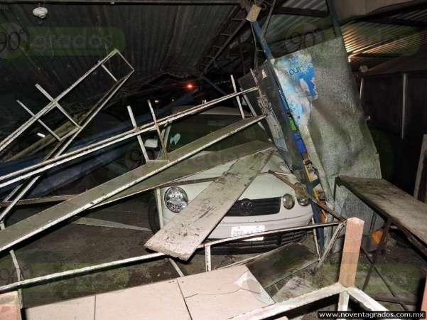 Menor estrella vehículo contra puesto de tacos en Lázaro Cárdenas, Michoacán; hay cuatro heridos