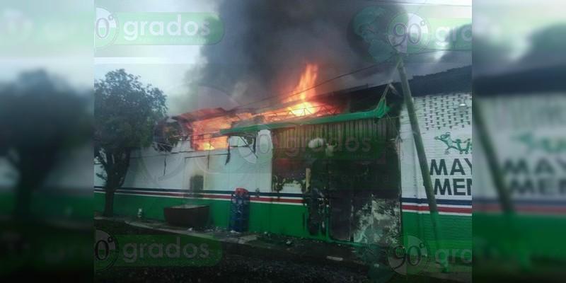 Se incendia bodega de abarrotes en Cotija, Michoacán
