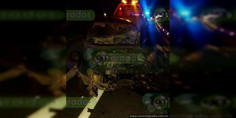 Herido grave al chocar contra camión en la Siglo XXI, en Ziracuaretiro, Michoacán