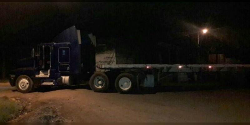 Recupera Policía Michoacán dos camiones que fueron robados en Cuatro Caminos