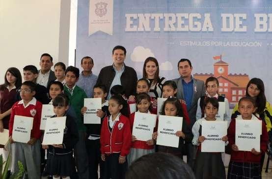 Entrega Alfonso Martínez 400 becas del programa de Estímulo a la Educación