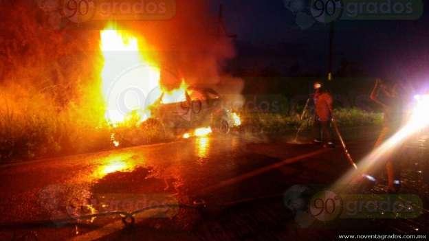 Arde vehículo en carretera de Michoacán