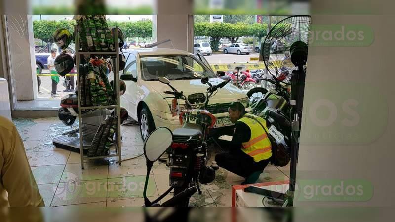Conductor se empotra contra tienda departamental en Zamora, Michoacán