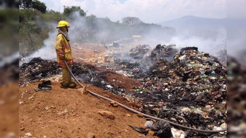 Trabaja Protección Civil en extinción del fuego en basurero de Chilchota