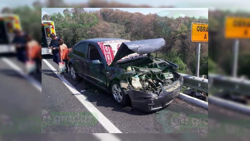 Matrimonio resulta lesionado tras choque en la autopista Uruapan – Pátzcuaro